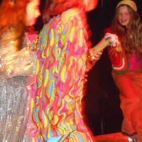 Bunt und schrill kam der diesjährige Theatertag 2014daher