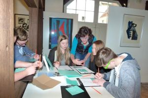 Schüler der Fritz-Winter-Gesamtschule in der Winter-Grafik-Ausstellung im Heimatmuseum