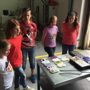 Kunst trifft Handwerk – Kunst!Klasse 5.1 lernt bei  Kaldewei dasEmaillieren!!